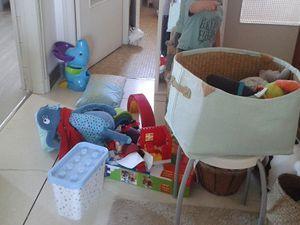 S'inventer des histoires, apprendre à jouer seul et mettre un bazar pas possible : vider sa chambre pour pour pouvoir balayer et s'installer pour un pique nique en intérieur &#x3B;)