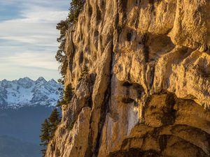 Belledonne en arrière plan &#x3B; à gauche un milieu au sud de la tour &#x3B; à droite un détail du rocher sculpté de la tour