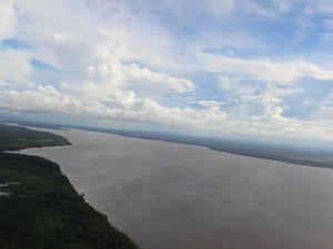 Le Maroni au niveau de l'embouchure est majestueux. A gauche, la Guyane &#x3B; à droite, le Suriname.