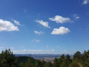 Quelques petits nuages dans le ciel du Rougier