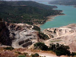 La région a été défigurée par l'exploitation minière de la montagne Bouzezga....