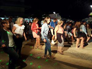 Cliquez pour agrandir... Le public se livre volontiers aux danses collectives ...