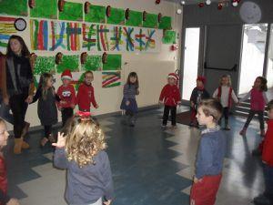 Les danses, le goûter et le cadeau... Une vraie matinée de Noël !!!