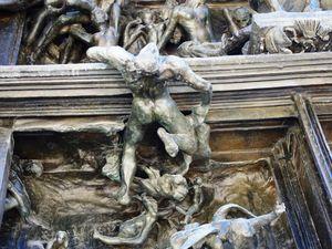 Les détails de la Porte de l'Enfer. En bas, Dante d'Alighieri méditant sur son poême