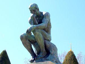 Le Penseur de Rodin, en haut et au centre de la Porte et la version finale ( 2,00 x 0,98 x 1,40 mètres)