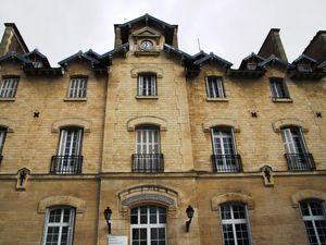 La maison d'arrêt, la salle de chirurgie au debut du XXème siècle et les bâtiments actuels de l'hôpital de Nanterre en 2013