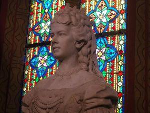 L'intéreur de l'eglise Mathias. en bas et à gauche,  la reine de Hongrie Elisabeth de Wittelsbach dite Sissi