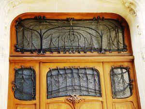 Le portail principal de l'Hôtel Mezzara et son numéro d'entrée stylé art nouveau