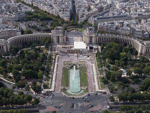 Face sud-est du palais de Chaillot et des jardins du Trocadéro, depuis la tour Eiffel à Paris. Le bâtiment de l'exposition universelle de 1900