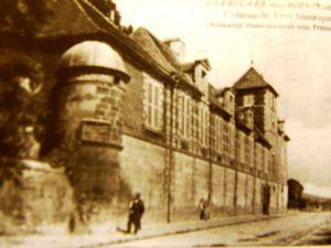 Le château de Vaux et l'ancien château du Mesnil. A remarquer l'absence d'ouvertures au re