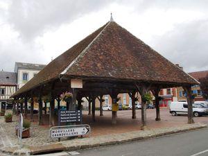 Songeons, autre beau village de Picardie. A remarquer : la façade originale de l'hôtel de ville et la halle centrale.