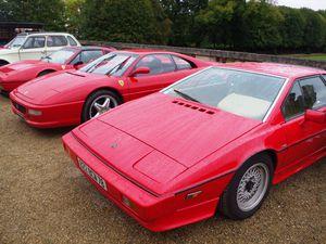 Les belles automobiles sportives rouges : Ferrari et Lotus
