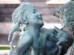 Détails de la fontaine des enfants pêcheurs