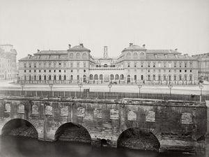 L'ancien hôpital de l'Hôtel-Dieu L'Hôtel-Dieu reconstruit en haut et à droite, l'Hôtel-Dieu à l'époque d'Henri IV