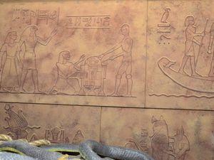 Les droïdes de Star Wars C3-PO et R2-D2 sur une fresque murale d'une scène du film ainsi que sur un pilier.