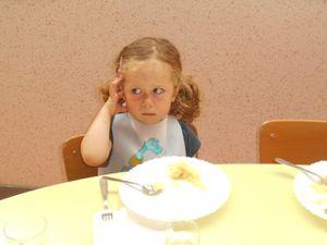 Après l'effort le réconfort &#x3B; on mange à la cantine avec les copains et on se régale!