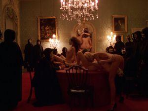 Una carrellata d'immagini dal film Eyes Wide Shut di Stanley Kubrick, ispirato liberamente alla novella di Arthur Schnitzel, Doppio Sogno, con un'ambientazione nella New York contemporanea. Un film enigmatico e che rimane ambiguo e con un finale aperto: ma che nello stesso tempo ha dato vigore all'immaginario estetizzante sui Privé e sulla dimensione del partouze.