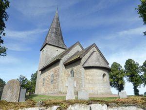 Eglises de Husaby et de Skalvum au pied du Kinekulle