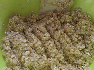 On ajoute ensuite le beurre fondu et l'œuf entier afin d'obtenir une pâte compacte comme sur la photo.