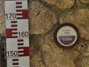 ci-dessus les niveaux atteints par les eaux lors des crues de 1910 et 1982 ! Les échelles sont sur la berge qui est à plus d'1m du niveau actuel de l'Indre !!!