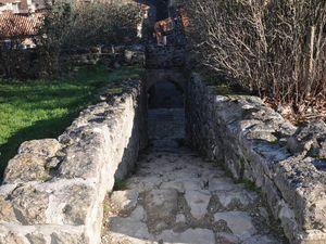 On emprunte un escalier qui descend au village. (clic pour zoomer)