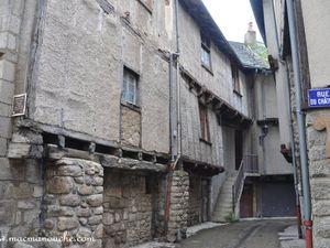 Puis on passe par la rue Basse, la plus caractéristique du bourg avec ses maisons très bien conservées. (clic pour agrandir)
