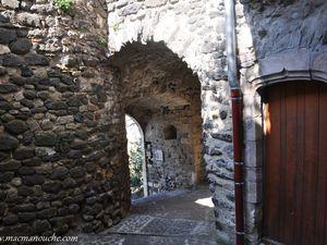 … == > …  Ce passage couvert participait au système défensif du village.    (clic sur les photos pour les agrandir)