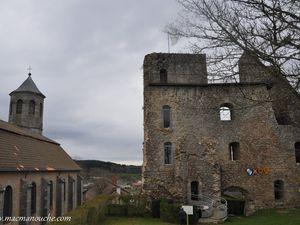Édifiée sur une colline, la petite ville médiévale de Crocq est dominée par la silhouette de son église et de ses deux tours, vestiges de l'ancien château fort.  (clic sur les photos pour les agrandir)