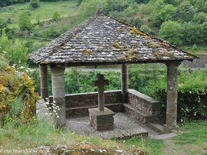 L'oratoire dans le cimetière, à côté de l'église, et au-dessus duTarn.
