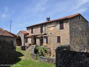 Maisons à la périphérie de l'enceinte fortifiée.
