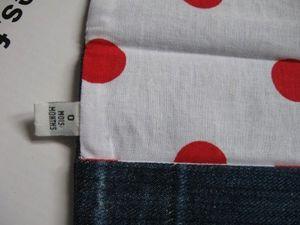 """doublure intérieure tissu blanc à pois rouges, boutons métal et acrylique fleur gris, breloque """"recyclage"""", passants jeans..."""