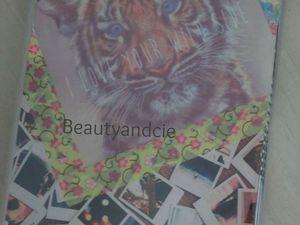 Mon agenda que j'ai fait (la couveture) avec des images (tumblr et we heart it) et du maskin tape