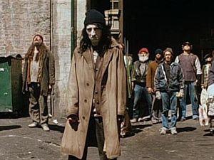 """1/ Le Fils de Satan utilise un ordinateur pour menacer ceux qui s'opposent à lui. """" Vous ne serez pas sauvés par le Saint Esprit, Vous ne serez pas sauvé par le dieu plutonium (la science), Vous ne serez pas sauvé !"""" 2/ L'esprit du mal """"posséde"""" les esprits faibles et en colère pour les transformer en zombis à ses ordres. Ici au premier plan, le timbré Alice Cooper."""