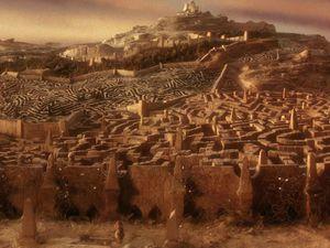 Le labyrinthe du roi des gobelins, Jareth, est imprégné de la symbolique de l'obélisque, symbole du phallus en érection. Le fait qu'une gamine de 15 ans et son petit demi-frère, bébé,  s'y promènent relève de l'apologie de la pédophilie