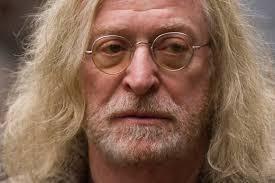 """Le sataniste Mickael Kaine ( Caïn) joue un hippie drogué et alcoolo, on n'est pas étonné de le croiser dans ce film ! Dans la réalité """" Sir"""" ( il fut anobli par la rein Elizabeth II) Micakel Caine s'est prononcé en faveur du brexit !"""