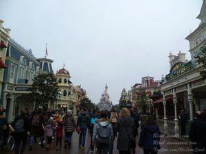 La rue principale et le si célèbre château de la Belle au bois dormant de Disney.