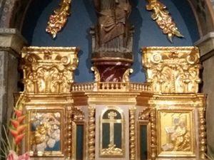 Eglise de Gavarnie : retable et cranes dits des Templiers.