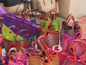 pour tous les gouts, sacs à main, sacs enfant, paniers en paille avec pochon en tissu...