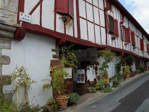 Vues du village. Le lavoir est situé à l'extérieur de la ville.
