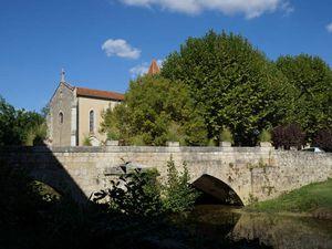 On accède au village en empruntant ce petit pont du XVe siècle. L'église est juste à l'entrée du village.La place centrale de Fourcès