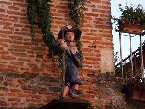 On lève le nez et l'on aperçoit des petites sculptures accrochées aux murs. La 5ème et la 6ème sont les oeuvres des enfants de l'école.