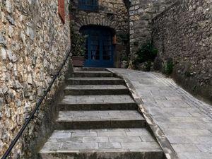 Le village possède plusieurs entrées : en voici une en bas du village, une autre en haut avec les escaliers. Les autres photos font partie des remparts.