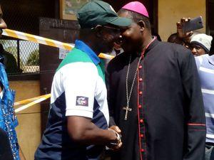 Le 30-12-2015, jour de vote à l'école Gbaya Dombia, km5, avec Monseigneur Nzapalainga