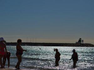 Quelques ombres chinoises sur une plage espagnole....