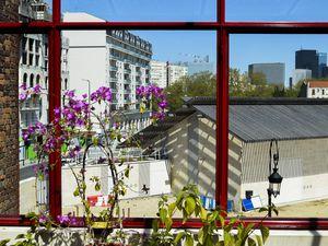 Vue de ma fenêtre le premier rayon de soleil et l'éclosion des bougainvilliers.