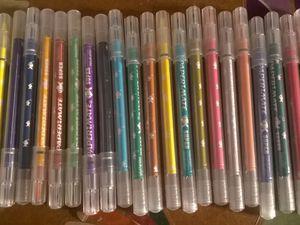 plein de crayon de couleurs et plein de feutres