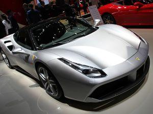 Ferrari présente au grand public sa nouvelle version de sa FF, la GTC4Lusso. Son V12 65 degrés atmosphérique de 6,3 litres gagne 30 chevaux pour atteindre un total de 690 ch et 697 Nm !