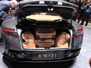 Probablement la plus élégante du salon: l'Aston Martin DB11 ! Celle-ci est motorisée par un V12 biturbo qui développe 600 ch et 700 Nm de couple. Quant au 0 à 100 km/h, il est abattu en 3,9 secondes ! Prêt à décoller ?