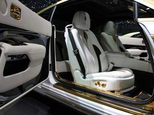 Certainement l'une des plus impressionnantes préparations du salon de Genève 2016 ! La Mansory Rolls-Royce Wraith Palm Edition 999. 999 comme l'or et sa quai pureté. 9 aussi comme le nombre d'exemplaires que promet Mansory. Une feuille d'or recouvre notamment le toit, le capot (et ses 730 chevaux) ou le coffre ainsi que les jantes de 24 pouces, les poignées mais également la console, des inserts et surpiqures au sein de l'habitacle et de la console centrale. L'or n'a jamais aussi bien été véhiculé !