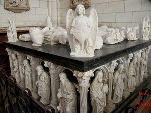 le tombeau d'albâtre aux trois gisants représentant Ymbert - mort en 1523 à l'âge de 85 ans -, son épouse Georgette de Montchenu et leur fils François.